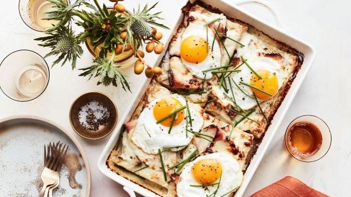 gesunde rezepte mittagessen, eier, spiegelei gericht auf lasagne, schön auf den tisch servieren