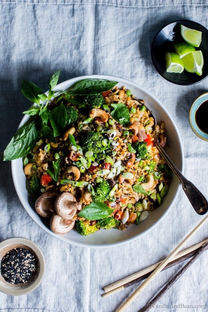 was koche ich heute vegetarisch, gesund essen, salat mit quinoa, bohnen, pilzen und brokkoli