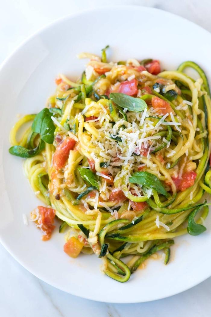 spagetti aus zuccini mit tomaten und kräutern, was koche ich heute vegetarisch, essen ohne kohlenhydrate