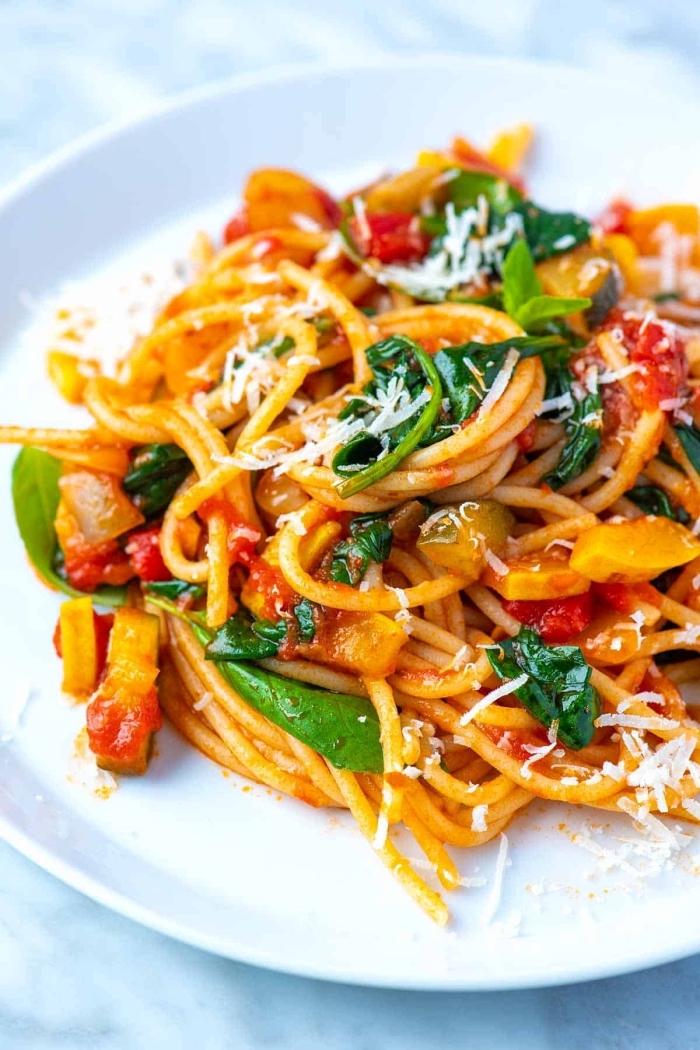 was koche ich heute vegetarisch, spagetti mit tomatensoße und frischem basilikum, parmesan