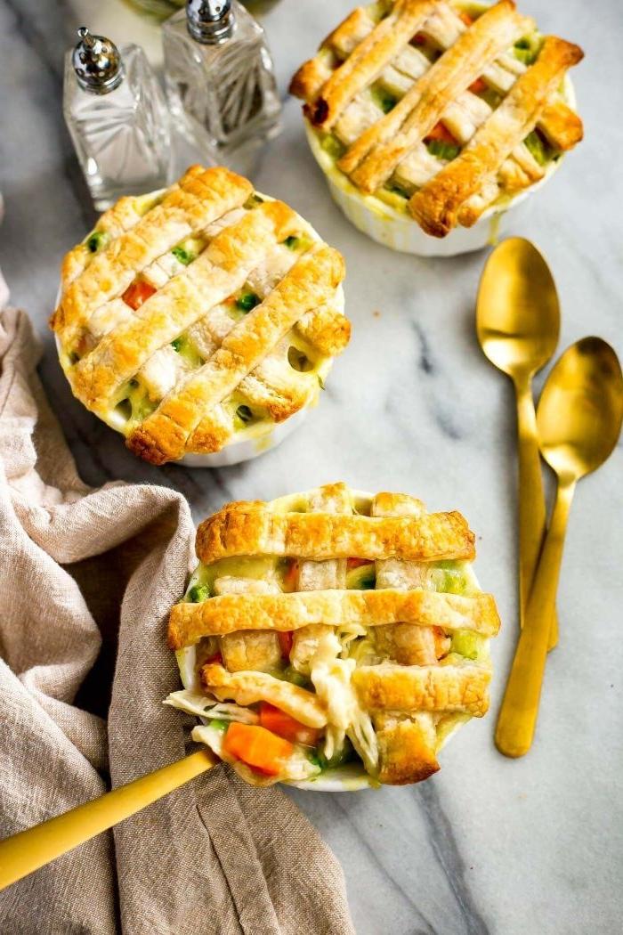gesunde rezepte zum abnehmen, gebäck, aber gesund, teigblätter mit gemüse, eier und mozzarella, zwei kleine löffel von hm auf dem tisch in goldener farbe