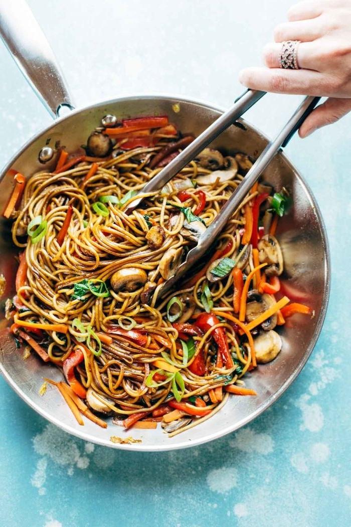 gesunde rezepte zum abnehmen, nudeln in einer wok pfanne kochen, pasta mit gemüse