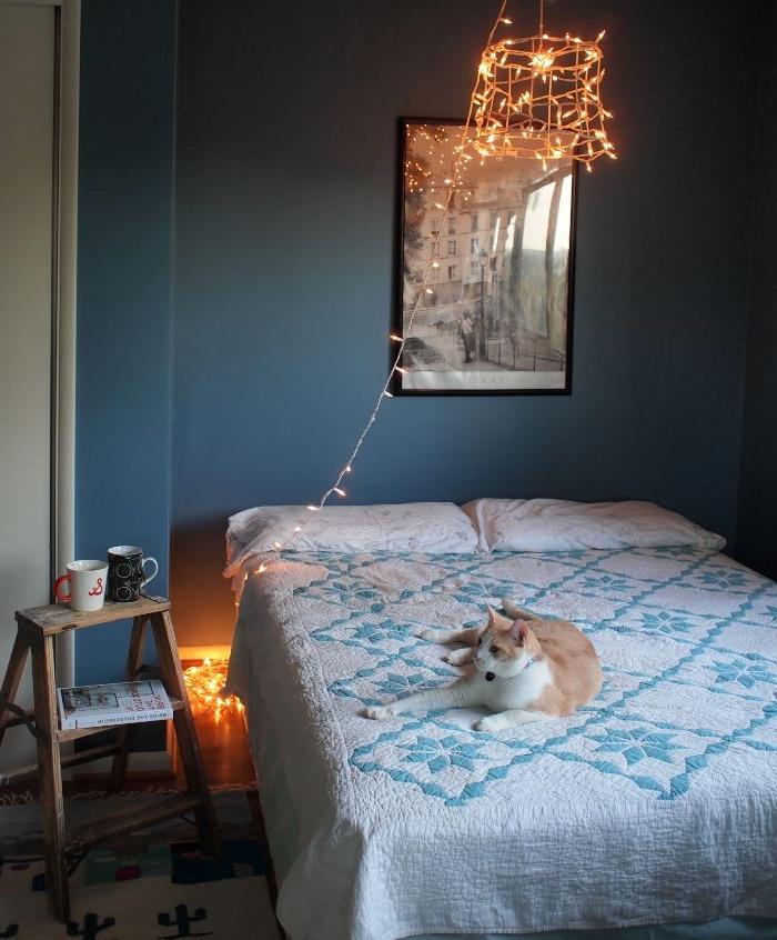 schlafzimmer ideen wandgestaltung, schöne lampendesign idee mit vielen kleinen lichtern, romantisch am abend, skandinavischer stil