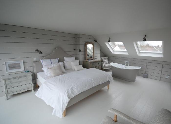 schlafzimmer grau, designidee mit badevanne im zimmer, weiß und hellgrau, zimmer mit dachschräge