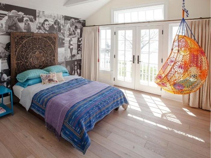 schlafzimmer ideen wandgestaltung, ein bunter sessel, hängesessel im schlafzimmer, blaues bett, boho stil