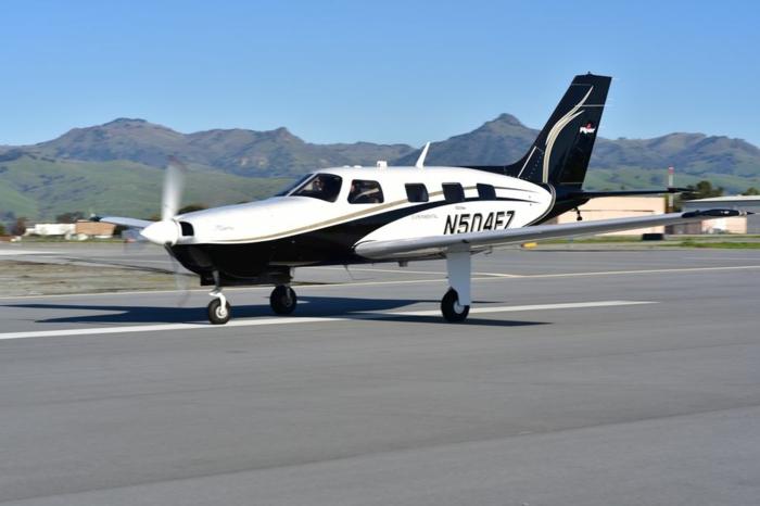 ein weißes Flugzeug von ZeroAvia, auf einer Piste, ein Flug ohne CO2-Emission