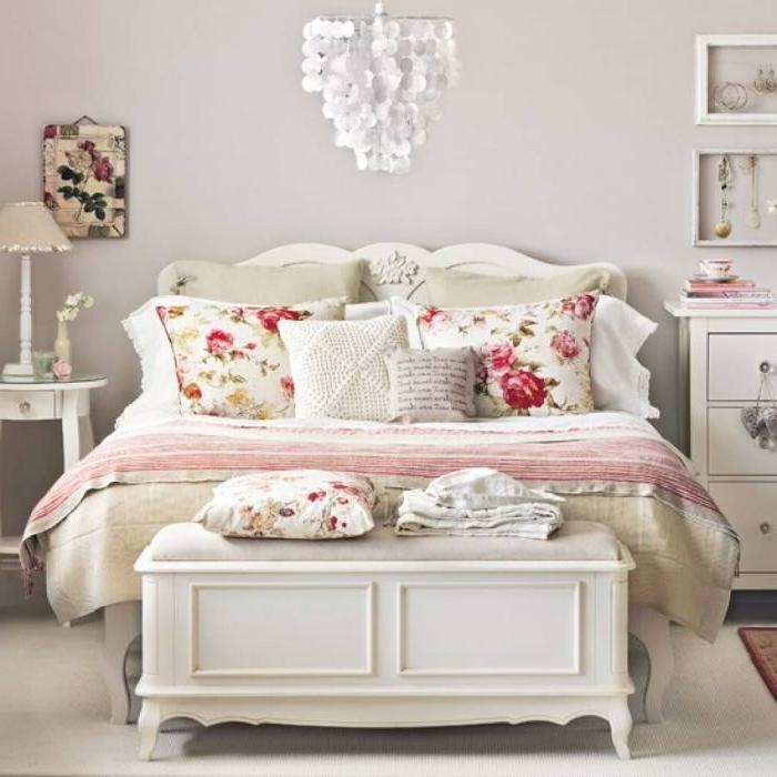 schlafzimmer grau, ein schönes shabby design, bettwäsche mit rosa und roten blüten, deko