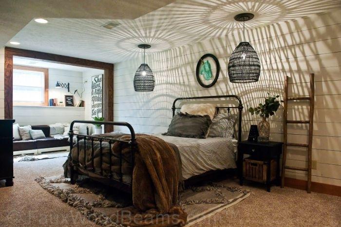 schlafzimmer ideen wandgestaltung, zwei lampen, deko lüster, ideen braunes bettdesign