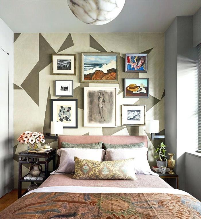 bilder fürs schlafzimmer, buntes wanddesign, orientalische bettdecke, viele bilder an der wand