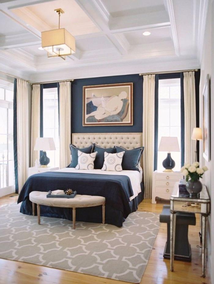 einrichtungsideen schlafzimmer, elegantes raumdesign, blaue bettwäsche, wandbild über dem bett