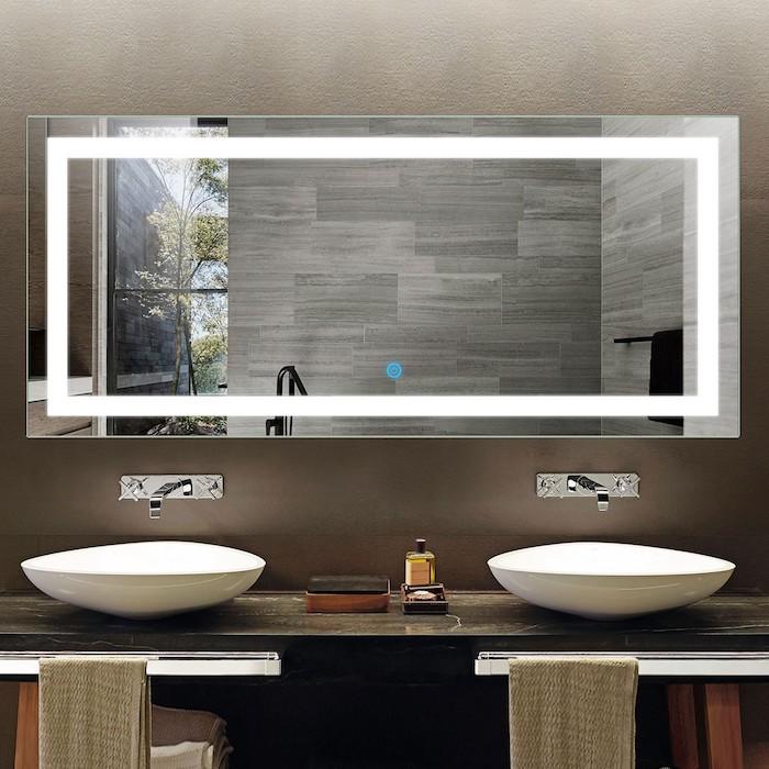 großer spiegel mit led beleuchtung in einem badezimmer mit zwei weißen waschbecken