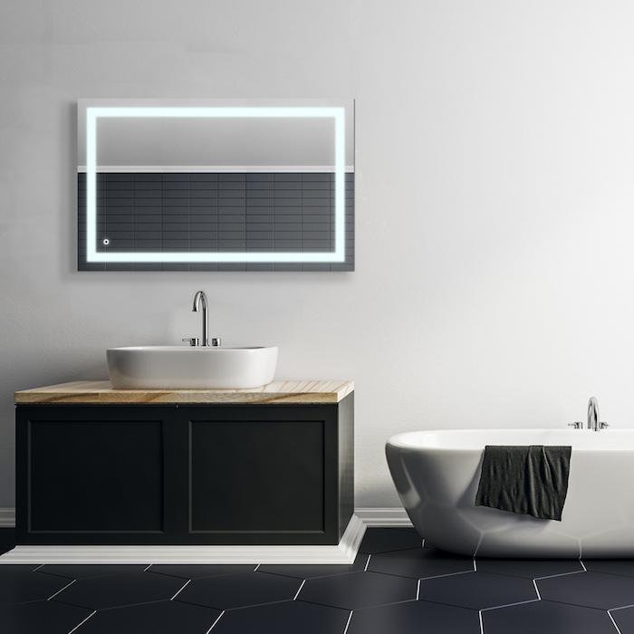 eine weiße badewanne im badezimmer mit einem spiegel mit led beleuchtung