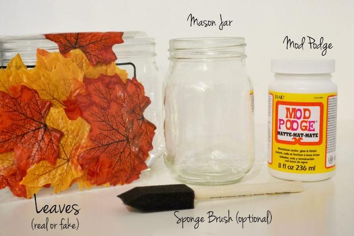 Einmachglas mit künstlichen Herbstblättern dekorieren, herbstliches Teelicht selber machen