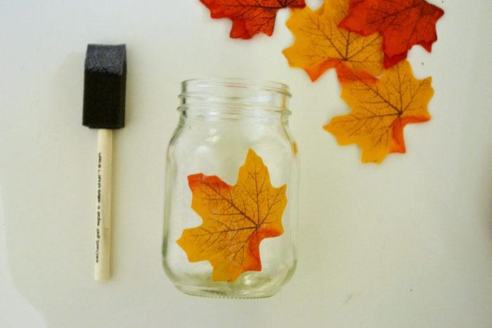 Einmachglas mit Herbstblättern dekorieren, herbstliches Teelicht selber machen