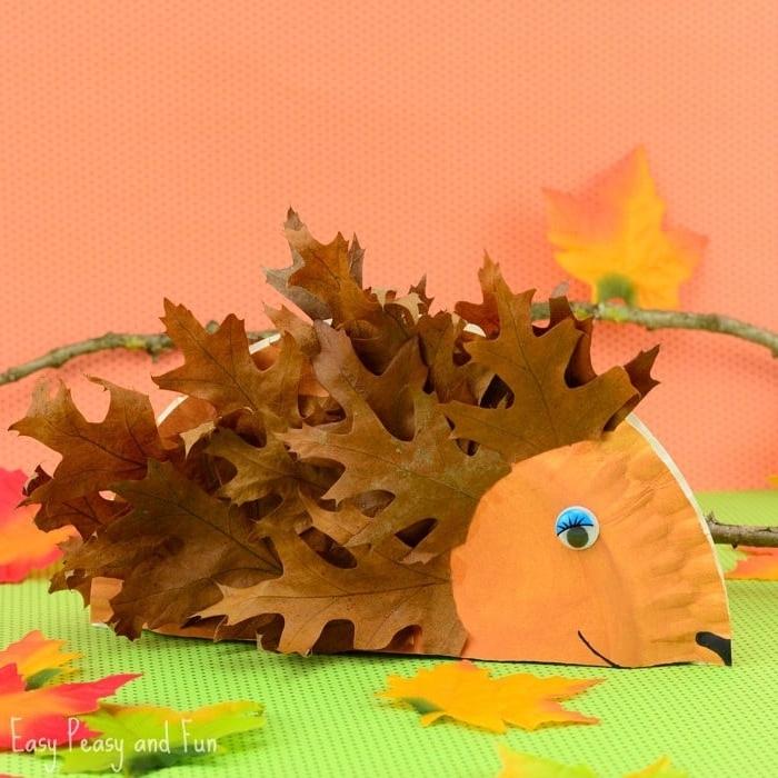 DIY Igel aus Pappteller und Herbstblättern für Igel, Herbstdeko mit Kindern selber machen