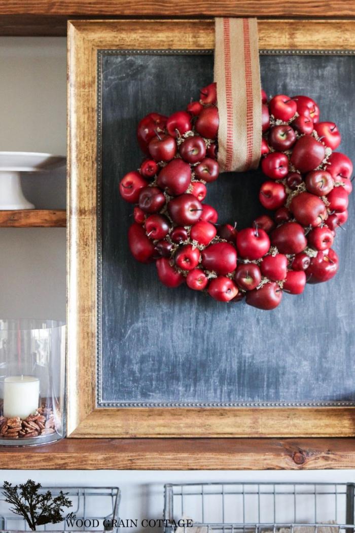 basteln hebst mit naturmaterialien, kranz aus roten äpfeln, türkranz selber machen