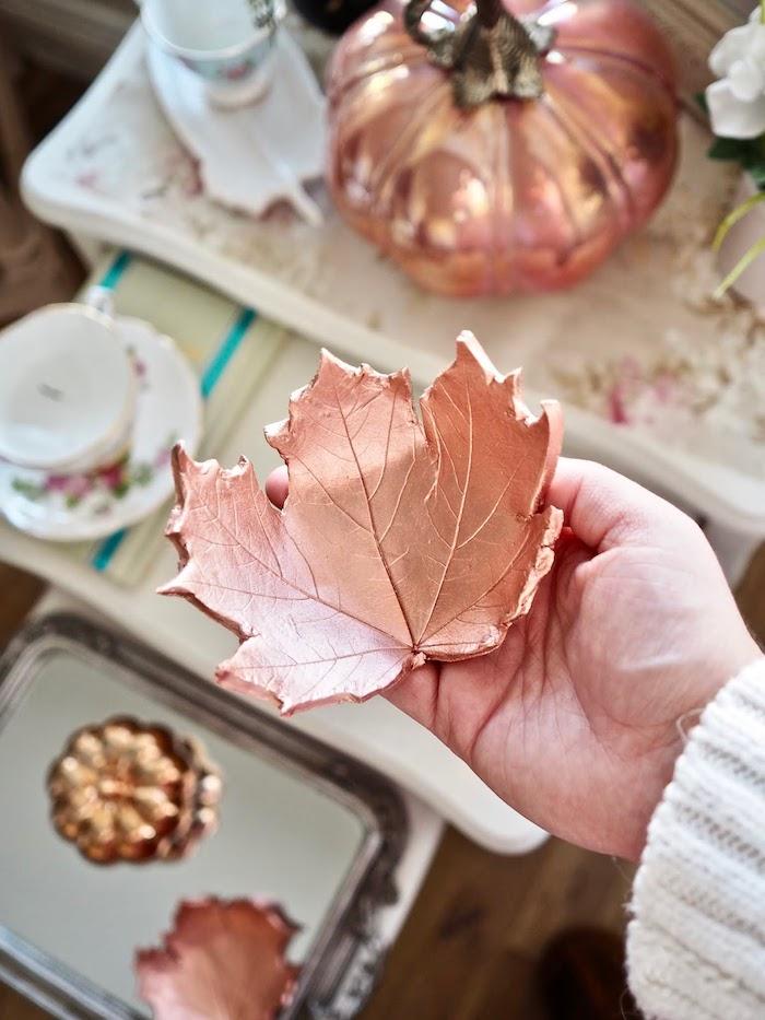 Kleine Schüssel in Form von Herbstblatt aus Modelliermasse, mit goldenem Spray besprüht