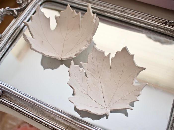 Schüsseln in Form von Herbstblättern aus Modelliermasse selber machen, Herbstbasteln Ideen