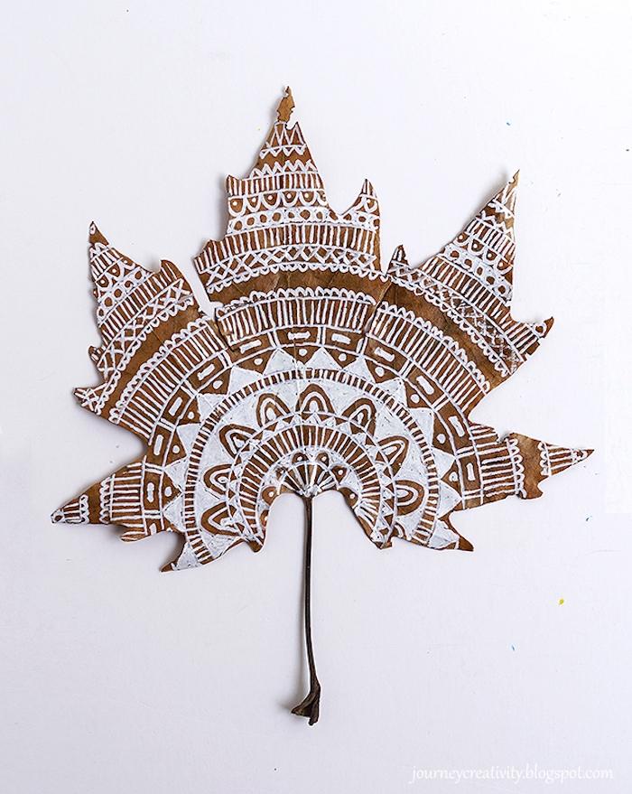 Herbstblatt mit weißer Acrylfarbe verzieren, Mandala Herbstblatt, Herbstdeko selber basteln einfach