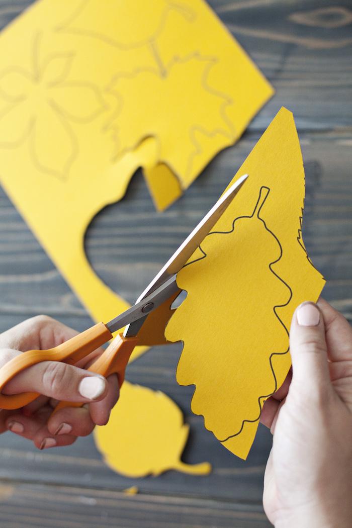 Gelbe Herbstblätter aus Papier schneiden, Girlande mit Kindern basteln, DIY Herbstdeko