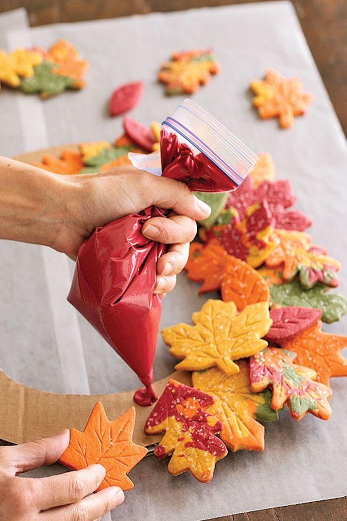 Herbstkranz selber machen, bunte Herbstblätter aus Teig ausstechen, auf Ring aus Karton kleben