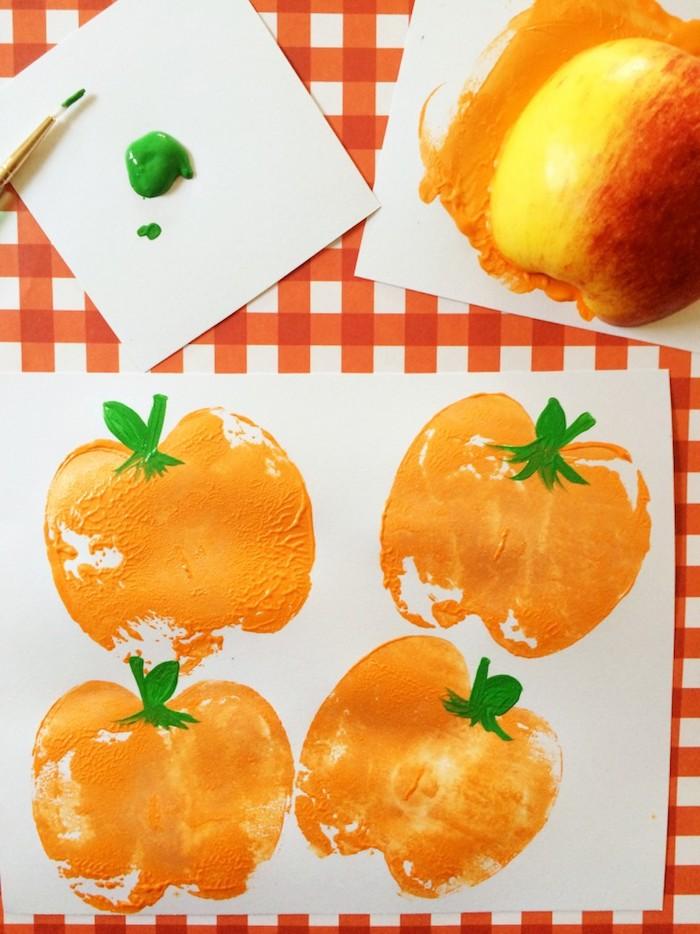 Halloween Kürbisse mit Apfel Stempel malen, DIY Idee für Kleinkinder, Stempel selber machen
