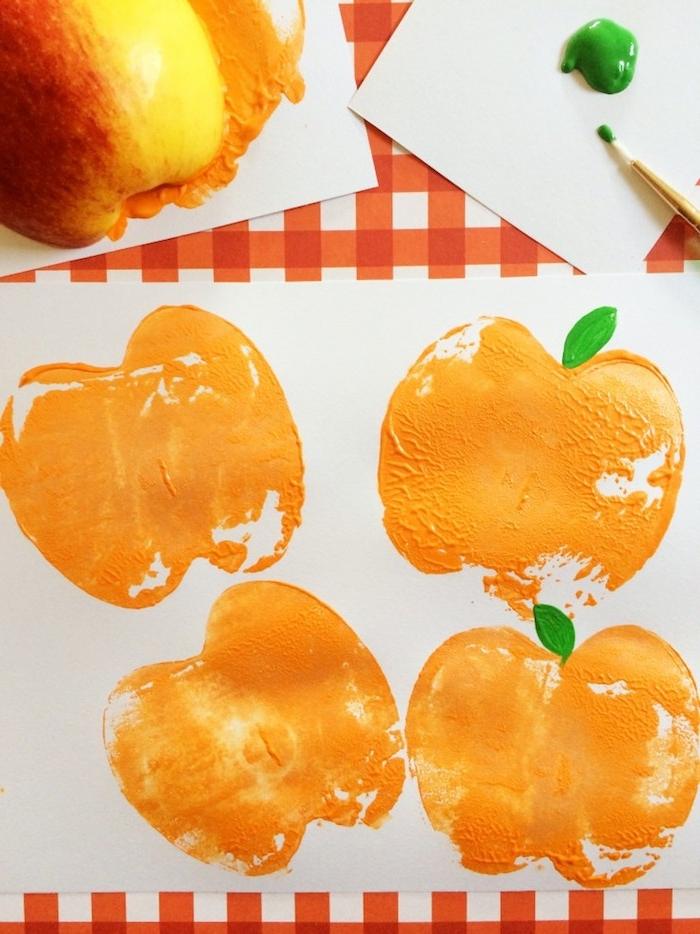 Stempel aus halbiertem Apfel selber machen, Halloween Kürbisse mit Kindern malen