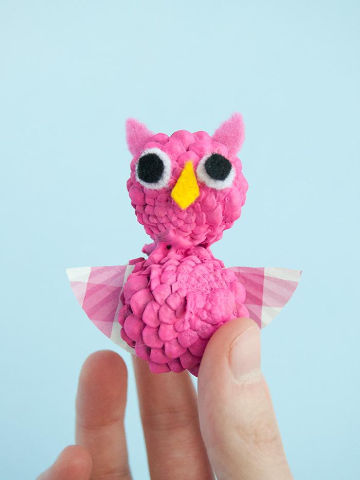 Pink Uhu aus kleinen Zapfen, mit Augen und Schnabel aus Filz, mit Flügeln aus Filz