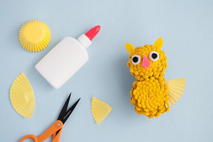 Uhu aus zwei Zapfen gelb bemalen, Flügel aus Papier kleben, Augen und Schnabel aus Filz
