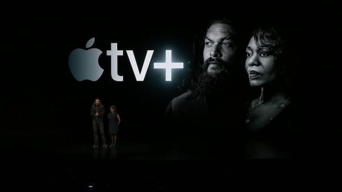 ein mann mit schwarzem bart, der große graue logo von dem streamingdienst apple tv plus, erster trailer zu der apple serie see