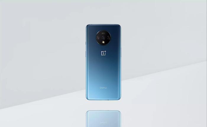 ein blaues smartphone mit hauptkamera in kreisförmigen Modul, ein handy von dem chinesischen hersteller oneplus