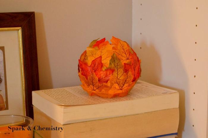Teelicht mit Herbstblättern basteln, aus rundem Gla, herbstliche Dekoration basteln