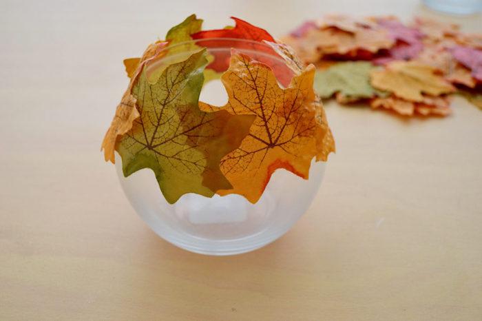 Herbstliches Teelicht selber machen, rundes Glas mit künstlichen Herbstblättern dekorieren