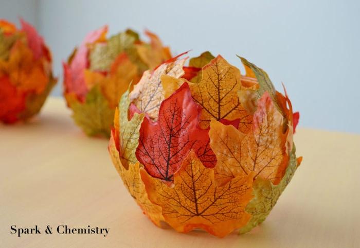 Herbstliches Teelicht selber machen, rundes Glas mit großen Herbstblätter in verschiedenen Farben verzieren