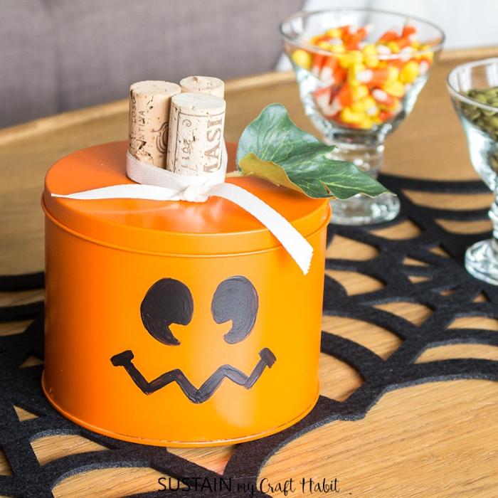 DIY Halloween Box für Leckereien, verziert mit drei Korken, weißer Schleife und künstlichem Blatt
