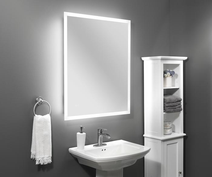 badezimmer mit grauen wänden, ein weißes waschbecken und ein spiegel mit led beleuchtung