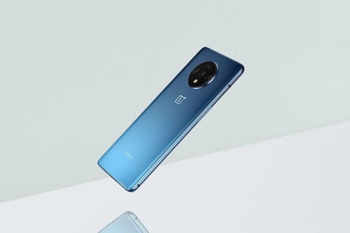 das neue blaue smartphone 7t mit einer schwarzen kamera in einem schwarzen kreisförmigen modul