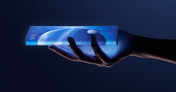 das smartphone xiaomi mi mix alpha mit einem rundum-display, eine hand und handy mit bildschirm mit blauen planeten