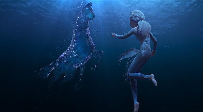 ein blaues pferd aus wasser und mit blauen augen, szene aus eiskönigin 2, eine junge frau mit blauem haar im meer, frozen 2