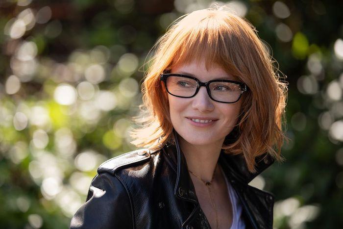 die schwarze amazin echo frames brille für alexa, eine junge frau mit schwarzer jacke und einer schwarzen datenbrille echo frames