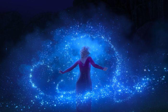 disney film frozen 2, eine junge frau mit blondem haar und violettem kleid, szene aus dem film eiskönigin 2