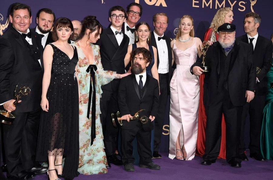 die Besetzung von Games of Thrones sammelt sich zum letzten Mal Emmys zu bekommen