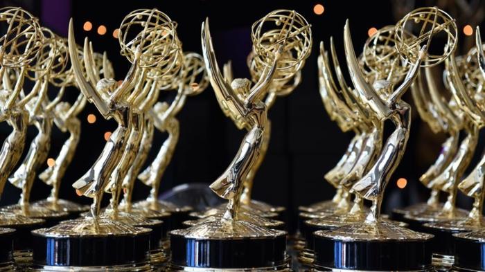 eine Menge Emmys Preise in einigen Reihen, Engel die die Erde in den Händen tragen