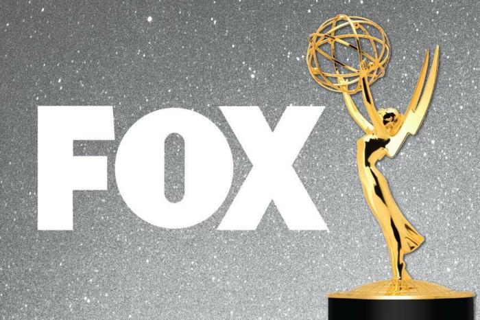 ein Foto von FOX und der Emmys Preis, silberner Hintergrund mit Sternen