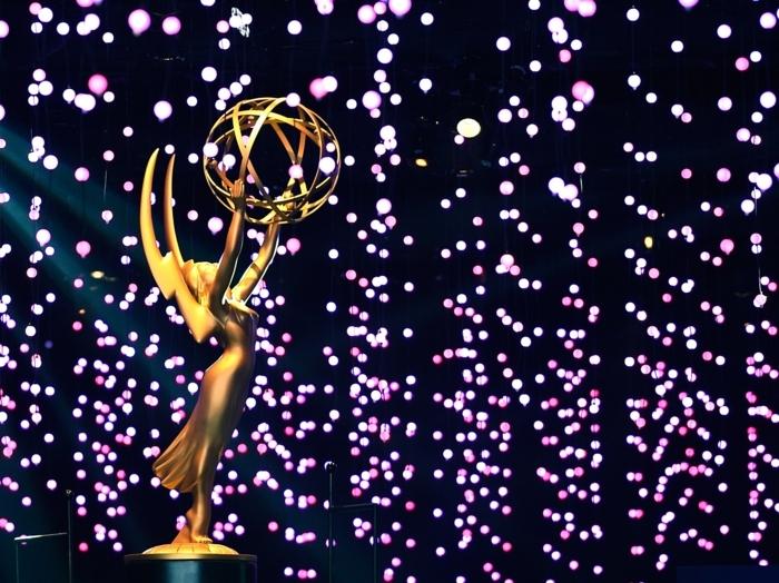 Emmys ohne Moderatoren, das Statue aus Gold und viele leuchtende Lichter
