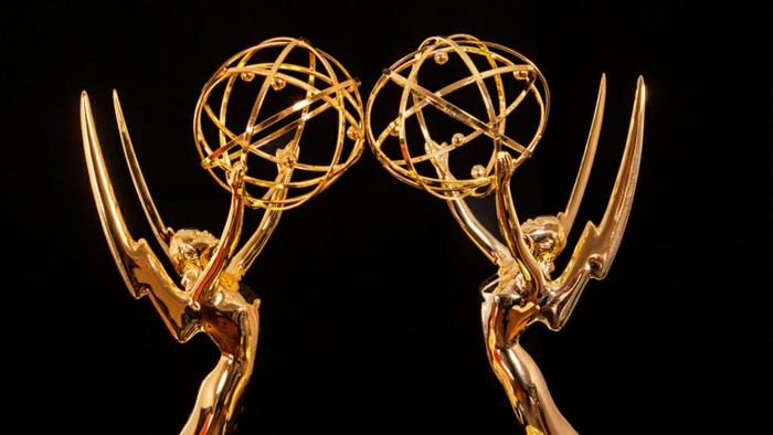 zwei Statuen aus Gold, die die Erde in den Händen tragen, Emmys ohne Moderatoren