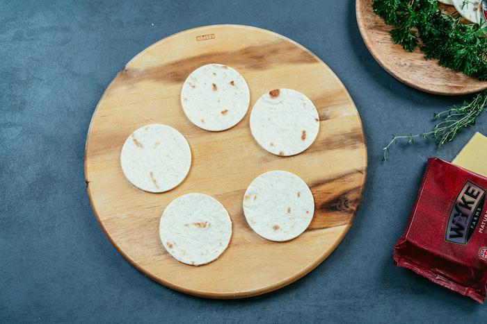 Kleine Kreise aus Tortilla Wraps für Mini Tacos, schnelle und einfache Rezepte für leckeres Partyfood