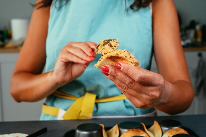 Mini Tacos mit Mischung aus Frischkäse, Hühnerfilet und Gemüse füllen, schnelle Fingerfood Ideen