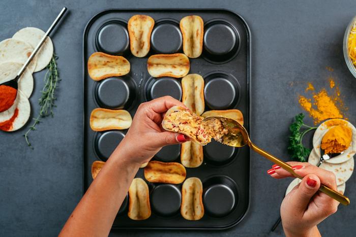 Mini Tacos mit Mischung aus Frischkäse, Hühnerfilet und Gemüse füllen, schnelle Fingerfood Rezepte