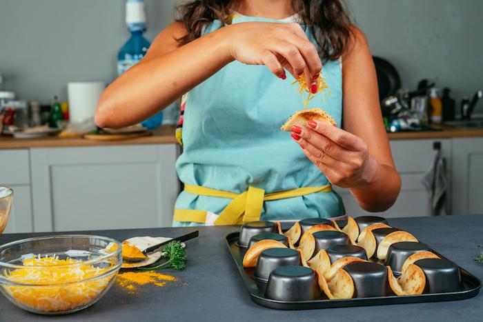 Mini Tacos mit geriebenem Cheddar Käse füllen, schnelle Fingerfood Rezepte, Tacos selber machen